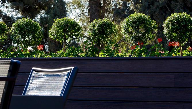 גינון פורמאלי באדניות מחופות בטרקס (חומר עמיד דמוי עץ)