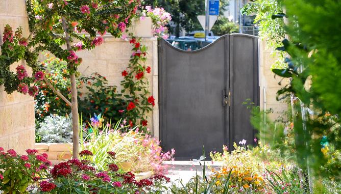 מבט לכניסה מתוך הגינה