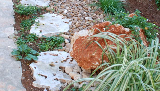 שילוב סלעים וחלוקי נחל