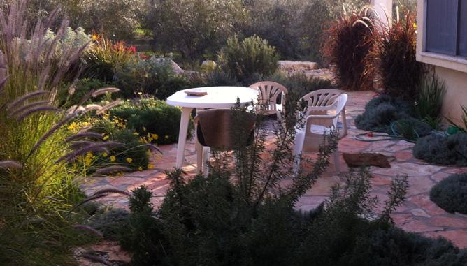 ריצוף באבן טבעית ופינת ישיבה בכניסה לבית